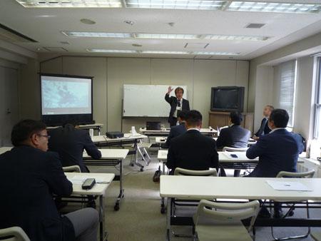施設の説明をする加藤聡司所長