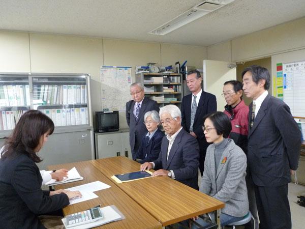 会見する上田代表(左)と瀧田事務局長