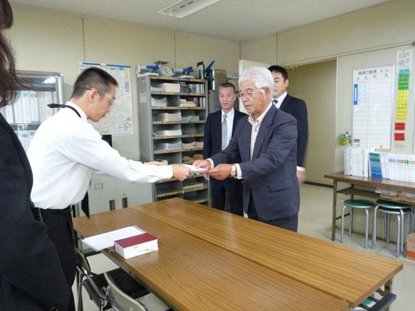 証明書を受け取る上田憲一代表