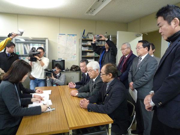 条例制定請求書を提出する上田代表と阻止する会役員