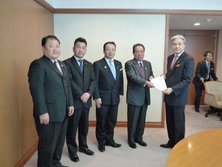 福田知事(右)に要望書を渡す。(左から)加藤正一、松井正一、斉藤孝明、佐藤栄各県議