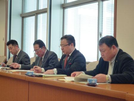 同席する民主党・無所属クラブメンバー。(左から)松井正一、佐藤栄、斉藤孝明、加藤正一各県議