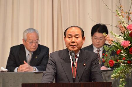 あいさつに立つ福田昭夫県連代表