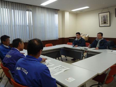 JA職員から被害状況報告を聞く(左から)松井正一県議、斉藤孝明県議