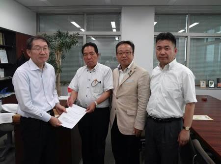 水沼農政部長(左)に要望書を渡す