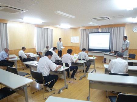 渋川県産材センターを視察する参加者