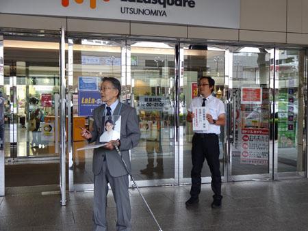 街頭活動を行う安西さん(左)、村尾理事(右)