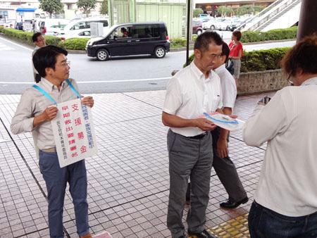 街頭活動を行う落合誠記壬生町議、青田兆史日光市議(左)