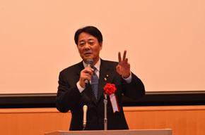 あいさつに立つ海江田万里民主党代表