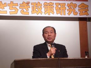 主催者あいさつに立つ福田昭夫県連代表