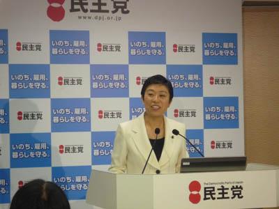 報告に立つ辻元清美男女共同参画推進本副本部長