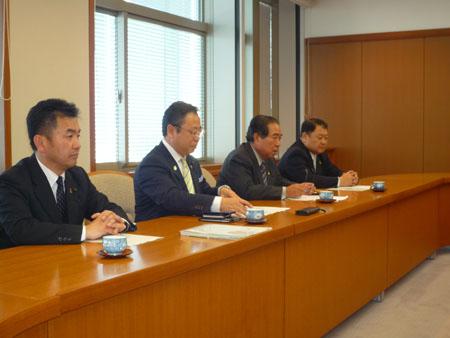 同席する民主党・無所属クラブメンバー  (左から)松井正一、斉藤孝明、佐藤栄、加藤正一各県議