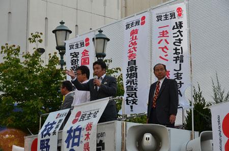 街頭演説を行う枝野幸男幹事長と県連役員