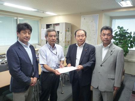 田城副代表、鎌形部長、福田代表、松井幹事長
