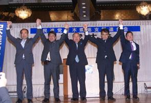 (左から)田野辺隆男氏、田城郁副代表、福田昭夫代表、柏倉祐司副代表、藤岡隆雄副代表