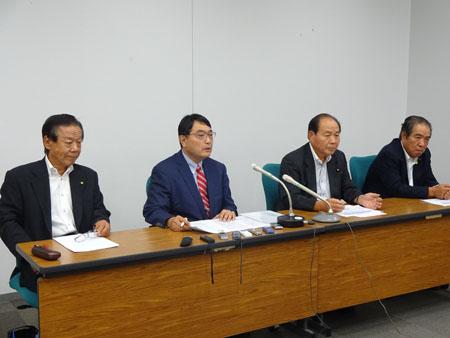会見する(左から)今井恭男宇都宮市議、金子 達氏、福田昭夫衆院議員、佐藤栄県議