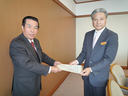福田知事(右)に要望書を渡す一木弘司県議