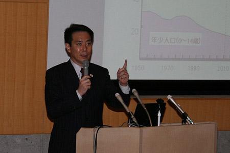 社会保障・税一体改革集会で講演をする前原誠司氏