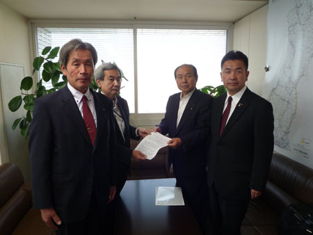 (左から)船山県議、鎌形部長、福田代表、松井幹事長