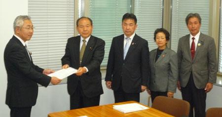 (左から)金田環境森林部長に申し入れ書を手渡す福田昭夫代表、松井正一幹事長、平木ちさこ県議、船山幸雄県議
