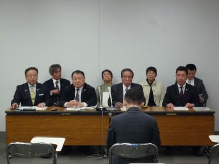記者会見を行う県議団
