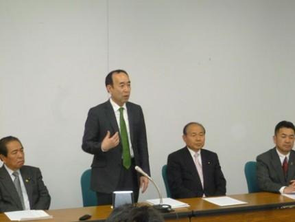 会見する(左から)佐藤栄副代表、田野辺隆男さん、福田昭夫代表、松井正一幹事長
