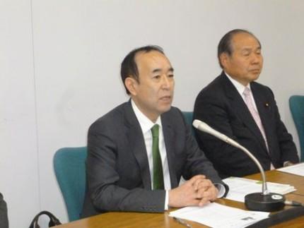 決意を語る田野辺隆男さん(左)と福田昭夫県連代表