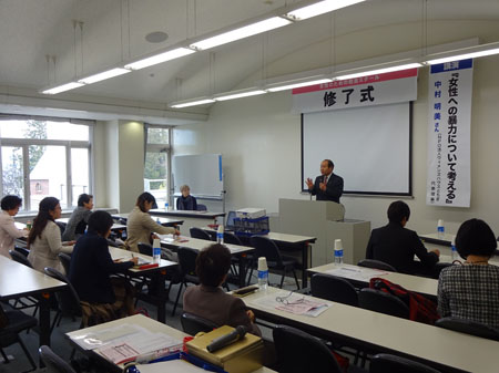 あいさつに立つ福田昭夫県連代表と参加した女性議員およびスクール生